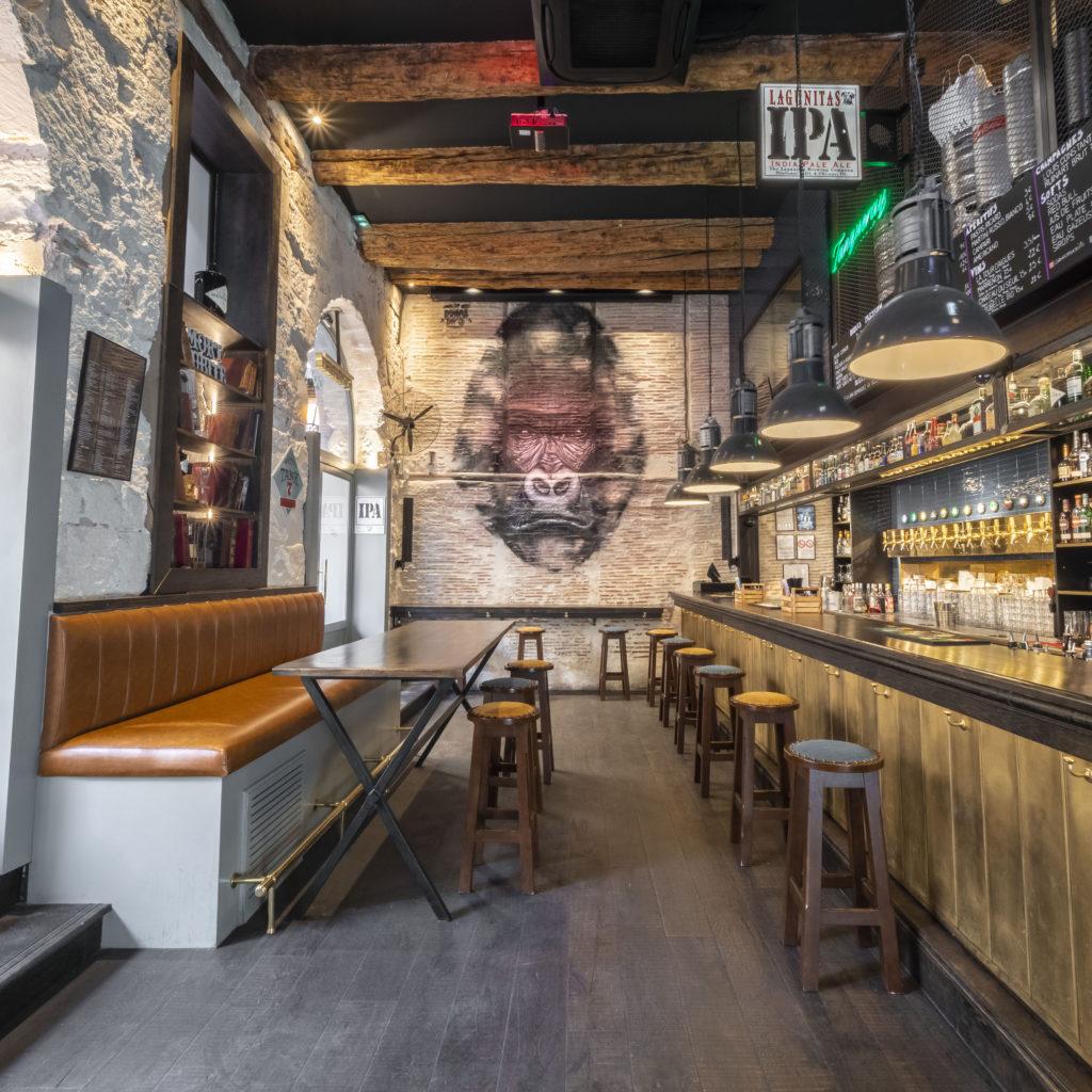 Vue interieur Corner marseille bar des sports bar à bieres bar à ambiance, vieux port de marseille, bar vieux port